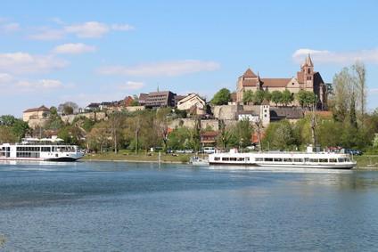 Breisach mit Blick vom Rhein zur Festung