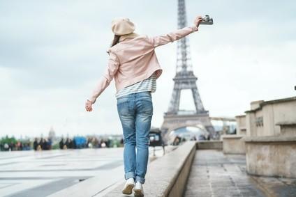 Paris Touristin auf Platz vor Eiffelturm