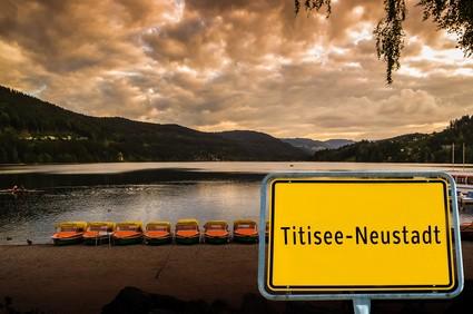 Titisee-Neustadt im Schwarzwald mit Ortsschild